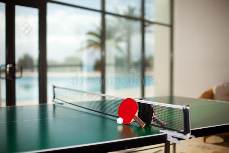 Racchette e sfera di ping-pong immagine stock libera da diritti