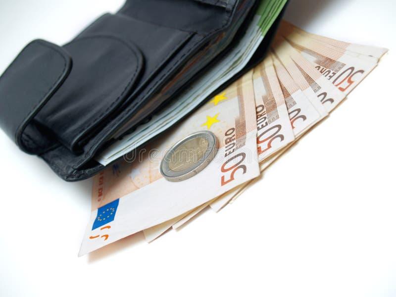 Raccoglitore di cuoio con euro soldi sopra bianco, isolato fotografie stock libere da diritti
