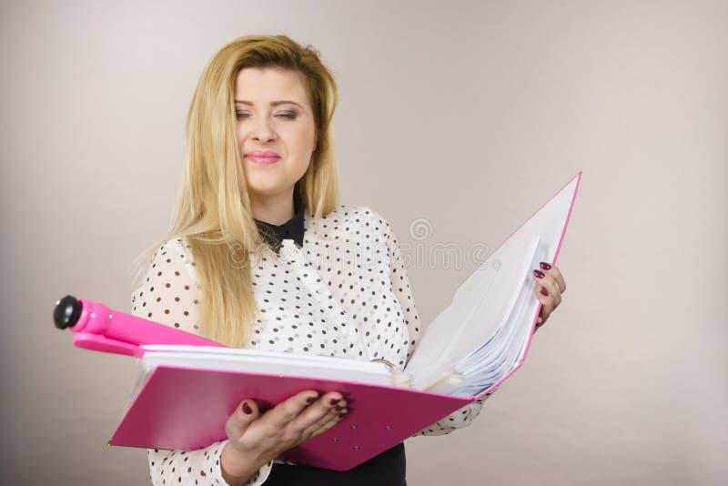 Raccoglitore positivo felice della tenuta della donna di affari con i documenti immagini stock libere da diritti