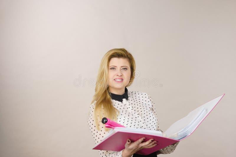 Raccoglitore positivo felice della tenuta della donna di affari con i documenti fotografia stock libera da diritti