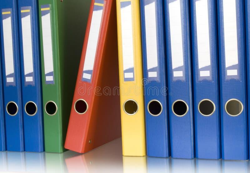 Raccoglitori di anello di colore nella riga immagini stock libere da diritti