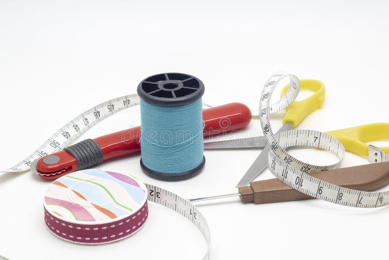 Raccoglitrice del filo, di forbici, del filo, ruota di rintracciamento e tum di misurazione immagini stock
