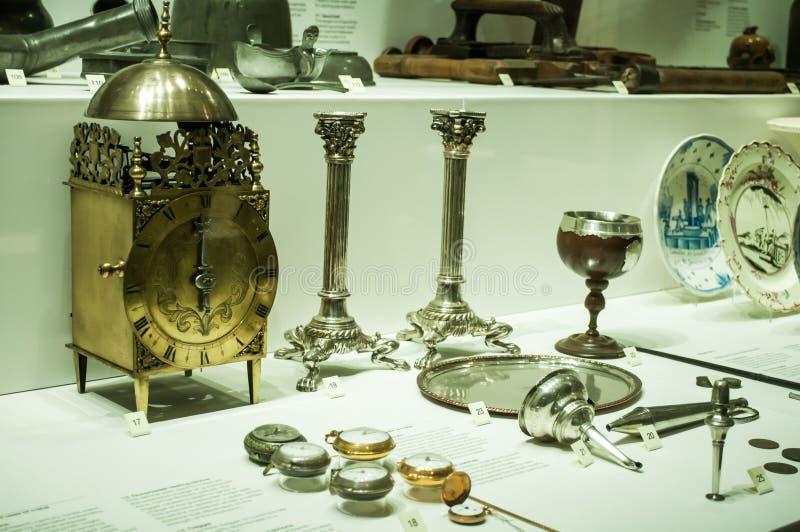 Raccolta degli orologi dell'oggetto d'antiquariato visualizzati in vetrina nel museo di scienza di Londra immagine stock libera da diritti