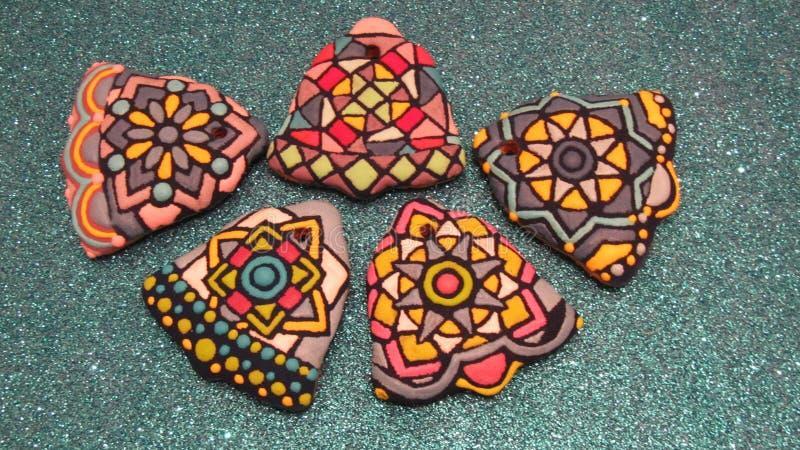 Raccolta dei biscotti variopinti casalinghi unici di Natale e dei nuovi anni, pan di zenzero artistico sotto forma della campana fotografie stock