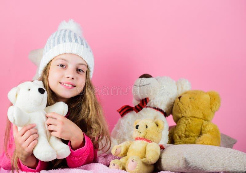 Raccolta dei giocattoli degli orsi Giocattolo allegro della peluche dell'orsacchiotto della tenuta della piccola ragazza del bamb fotografia stock libera da diritti