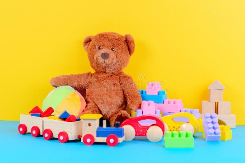 Raccolta dei giocattoli del bambino del bambino su fondo blu e giallo fotografia stock libera da diritti