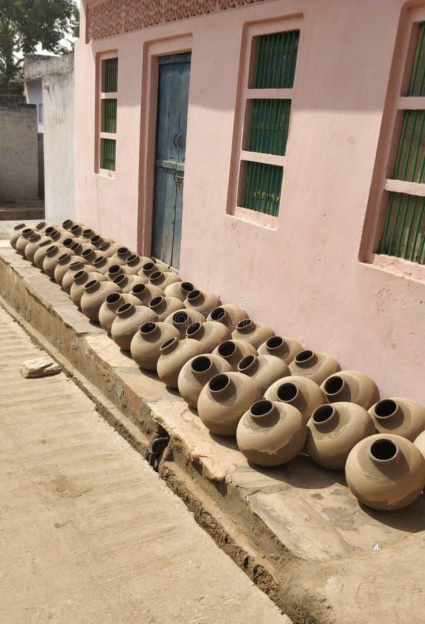 Raccolta dei vasi di argilla conosciuti come Matka in subcontinente indiano Creazione, mano fotografie stock libere da diritti