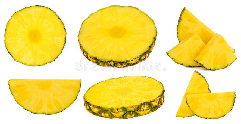 Raccolta dell'ananas su fondo bianco Fette e bei pezzi maturi dell'ananas fotografie stock