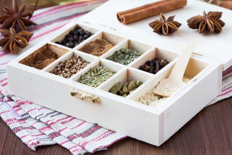 Raccolta dell'assortimento delle spezie e dell'erba in scatola di legno, BAC dell'alimento immagine stock