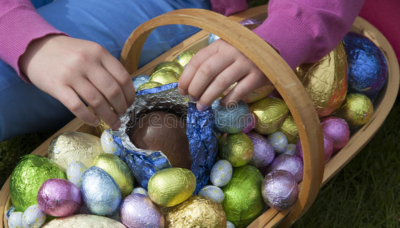 Raccolta dell'uovo di Pasqua nel trug del giardino immagini stock