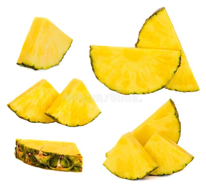 Raccolta della frutta dell'ananas con le fette fresche I pezzi dell'ananas è fotografia stock libera da diritti