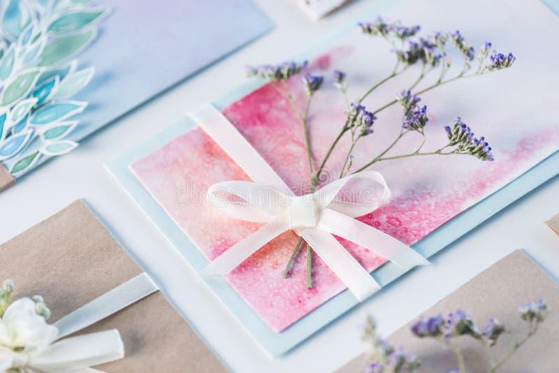 Raccolta delle buste o degli inviti su bianco fotografia stock libera da diritti