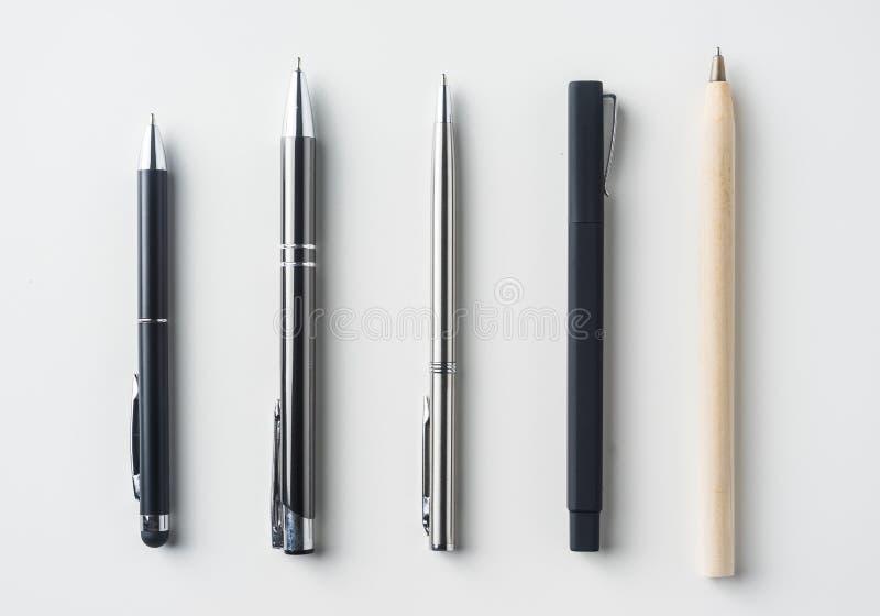 Raccolta delle penne su fondo bianco immagini stock