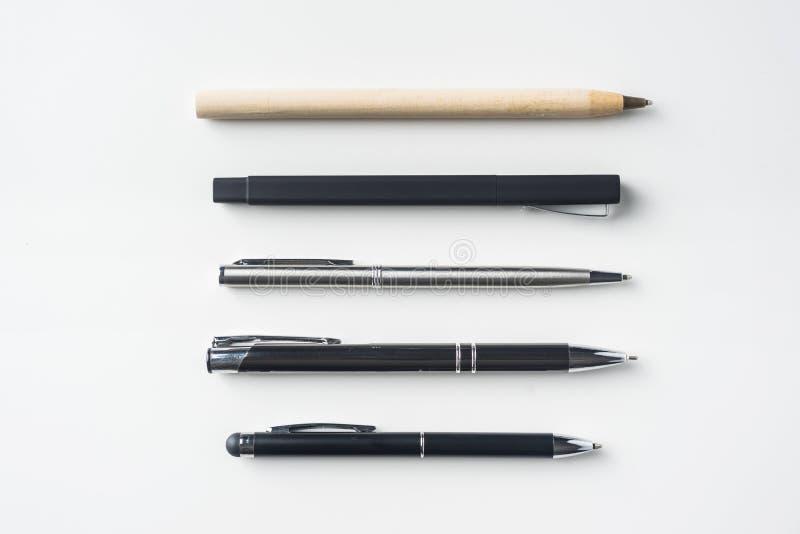 Raccolta delle penne su fondo bianco immagini stock libere da diritti