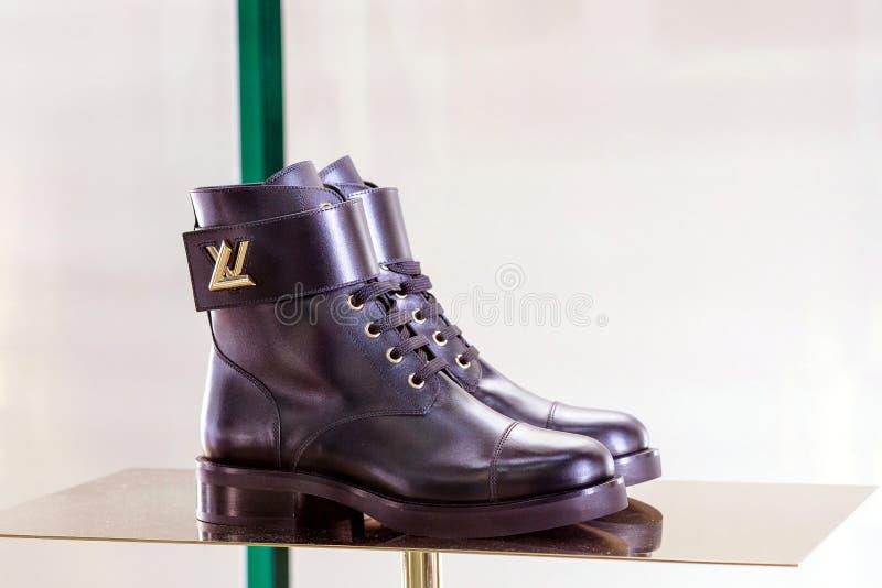 Raccolta delle scarpe di cuoio di Louis Vuitton per le donne in vetrina sul negozio di Louis Vuitton immagine stock