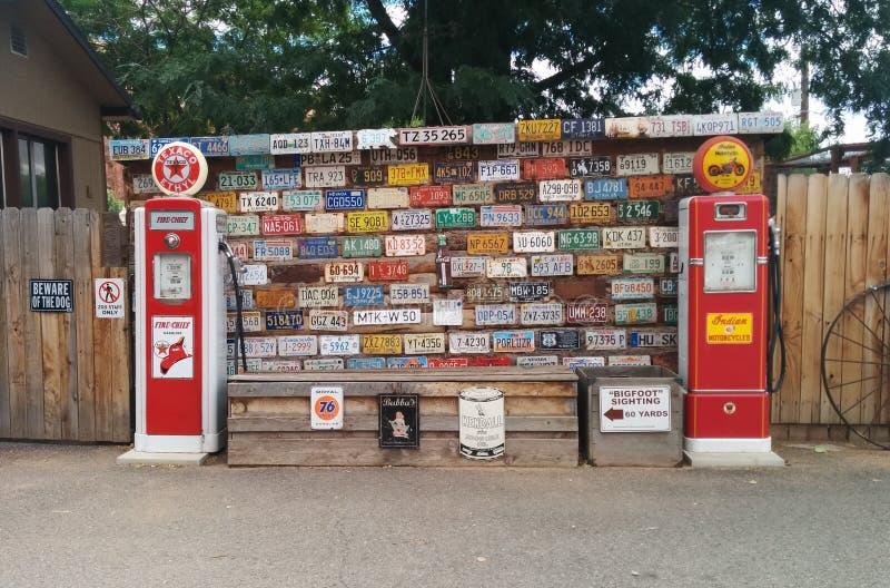 Raccolta delle targhe di immatricolazione con le pompe di gas d'annata fotografia stock libera da diritti