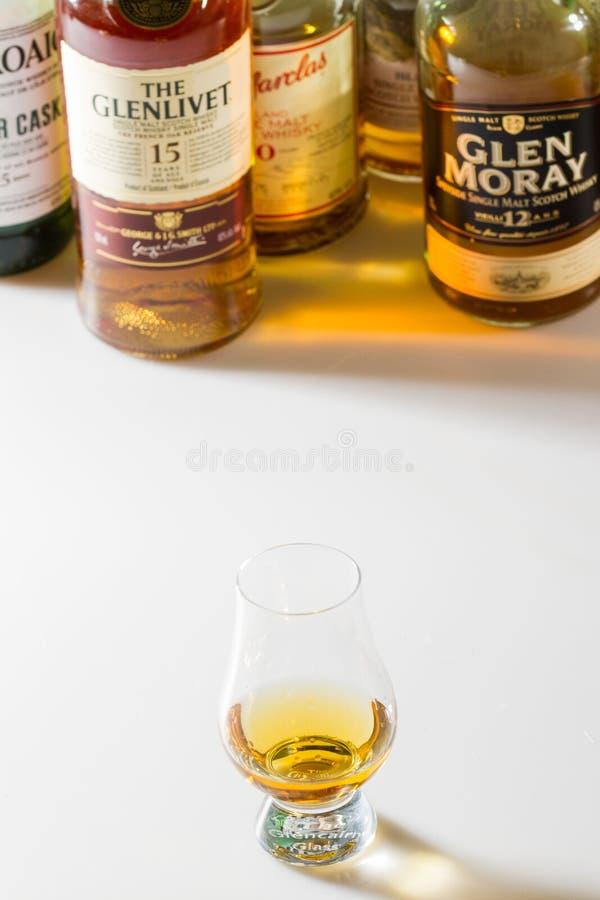 Raccolta di alcune bottiglie scozzesi del buon e singolo malto popolare immagine stock
