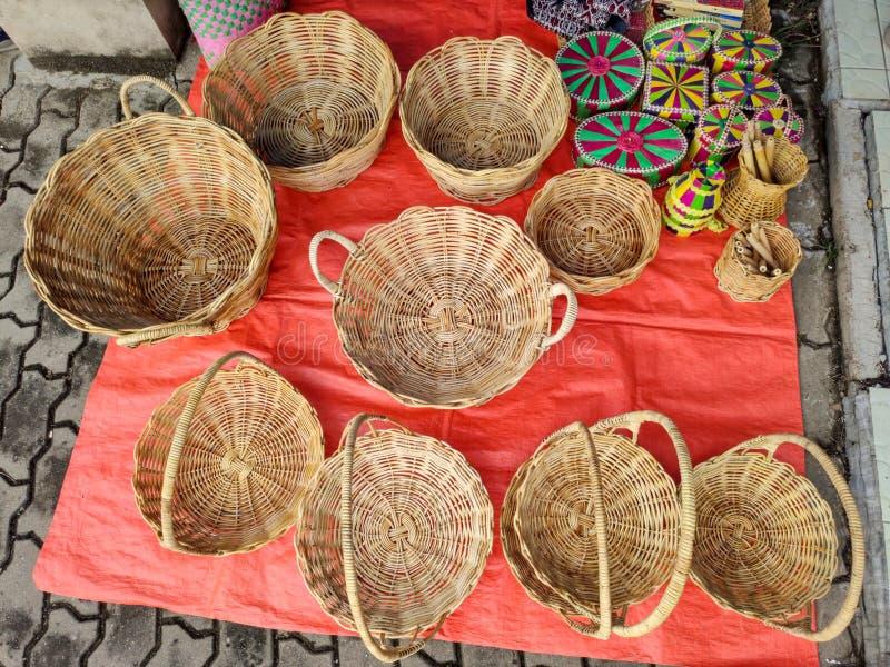 Raccolta di cestini per la lavorazione della mano in un mercato situato nella città di Ranau a Sabah, Malesia fotografia stock