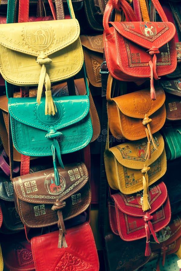 Raccolta di cuoio variopinta delle borse sul mercato di Tunisi fotografia stock libera da diritti