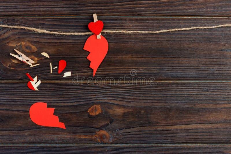 Raccolta di disfacimento del cuore rotto ed icona di divorzio La carta rossa ha modellato come amore lacerato, problemi di sanità immagine stock libera da diritti