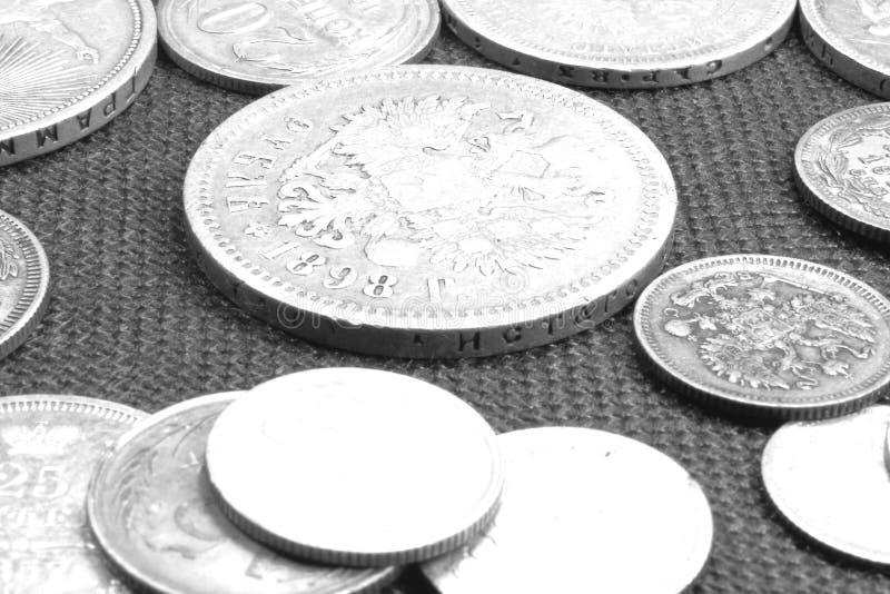 Raccolta di vecchie monete d'argento del primo piano differente di periodi fotografie stock
