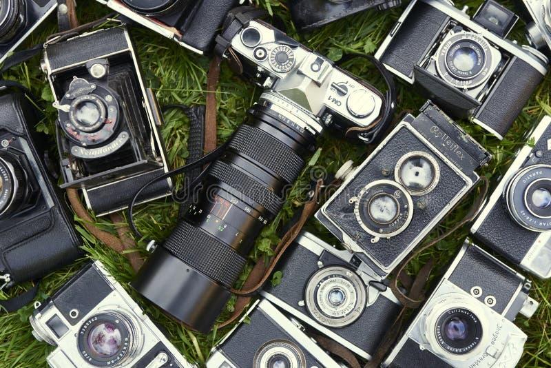 Raccolta di vecchie retro macchine fotografiche d'annata di analogo del film immagini stock libere da diritti