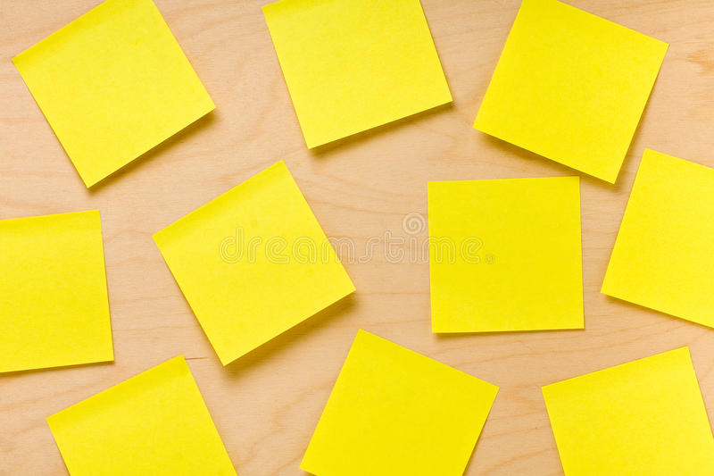 Raccolta gialla a caso sistemata di Post-it fotografie stock