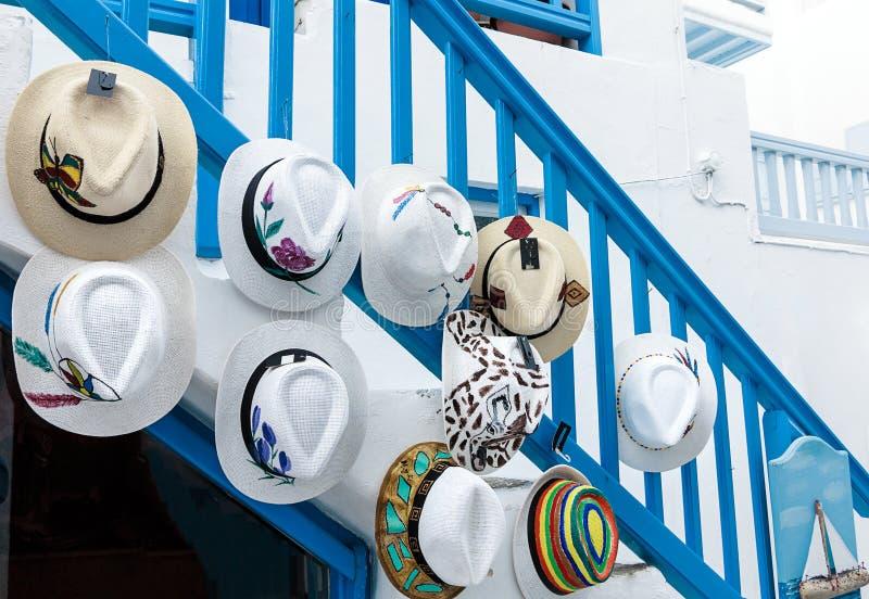 Raccolta greca d'avanguardia del cappello di estate in una via tipica di Mykonos, isole greche immagini stock