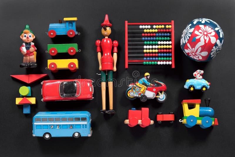 Raccolta variopinta dei giocattoli d'annata svegli immagine stock