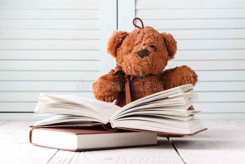 Racconto del bambino con l'orsacchiotto ed i libri immagine stock