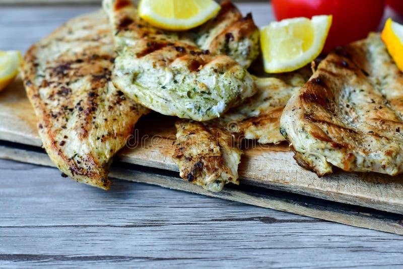 Raccordi arrostiti del pollo, patate dei cunei e verdure fotografie stock