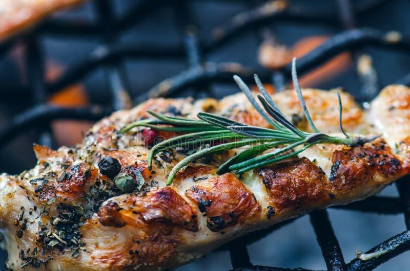 Raccordi arrostiti del pollo su una griglia con la spezia e le erbe Petto di pollo marinato sulla griglia ardente con le verdure  fotografie stock libere da diritti