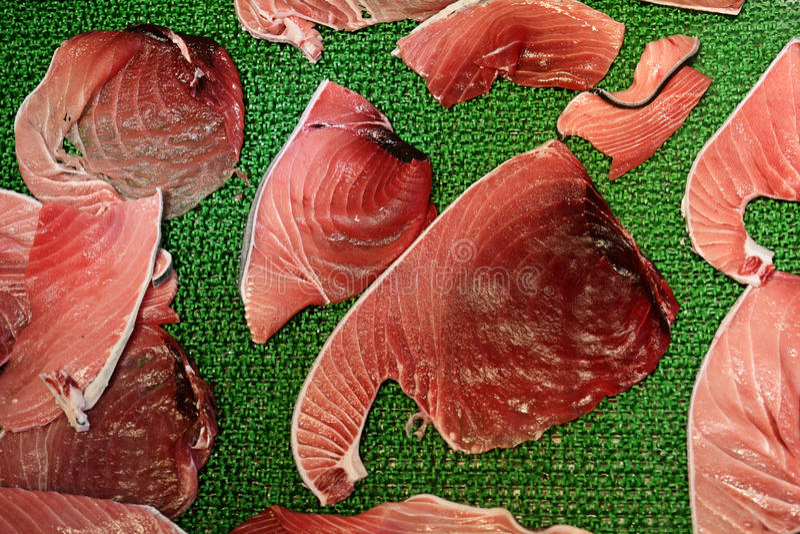 Raccordi della carne del tonno nel mercato ittico di Tsukiji, Tokyo fotografia stock