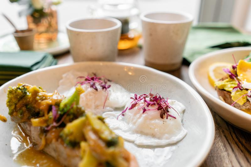 Raccordo arrostito della trota o del salmone con i funghi prataioli salsa e verdure dei broccoli All'interno primo piano Tavola d fotografia stock libera da diritti