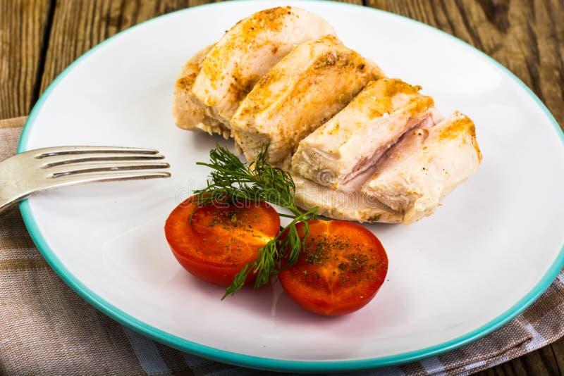 Raccordo bollito del pollo ed alimento di dieta dei pomodori, pranzo della proteina e cena ciliegia-sani fotografia stock