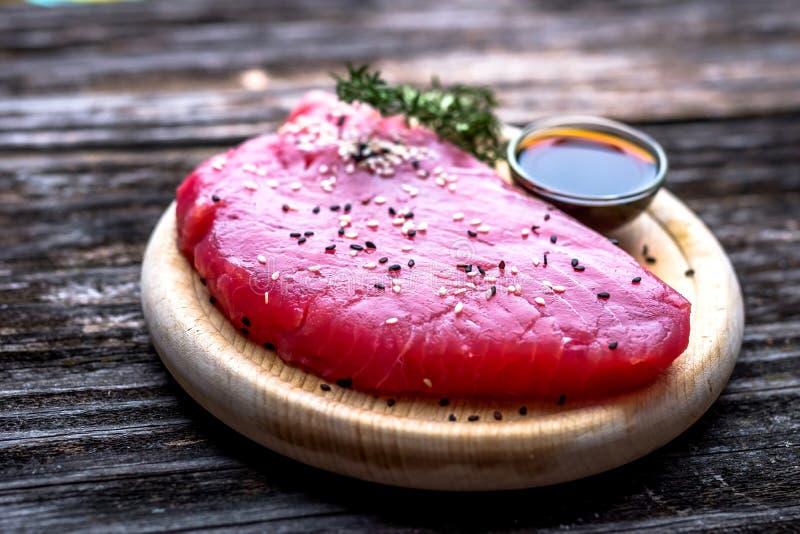 Raccordo crudo del tonno con la salsa di soia immagini stock