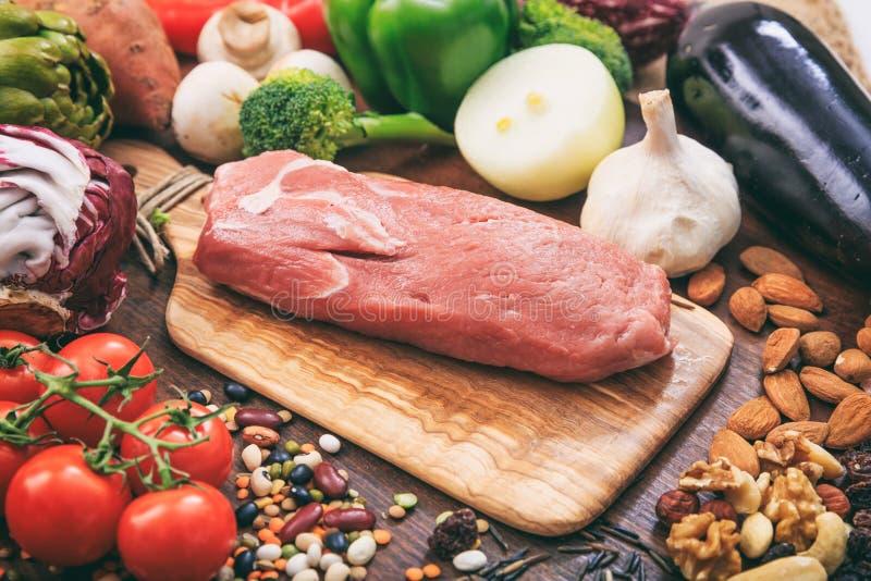 Raccordo crudo della carne di maiale su fondo di legno immagine stock