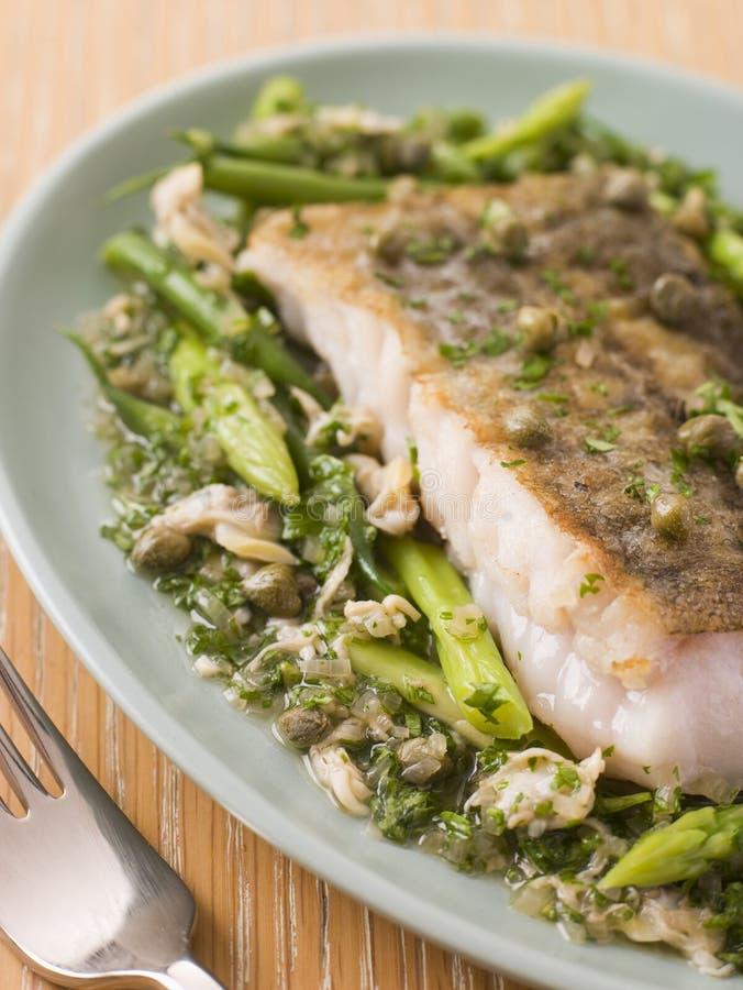 Raccordo dei merluzzi con le verdure verdi dei cardi immagini stock