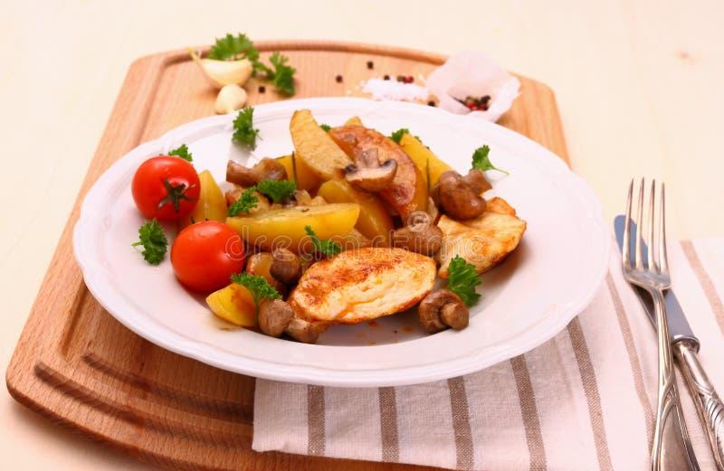 Raccordo del pollo, fungo, patate dei rosmarini fotografia stock