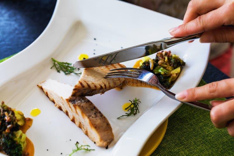 Raccordo della Turchia con i broccoli con salsa piccante immagine stock libera da diritti