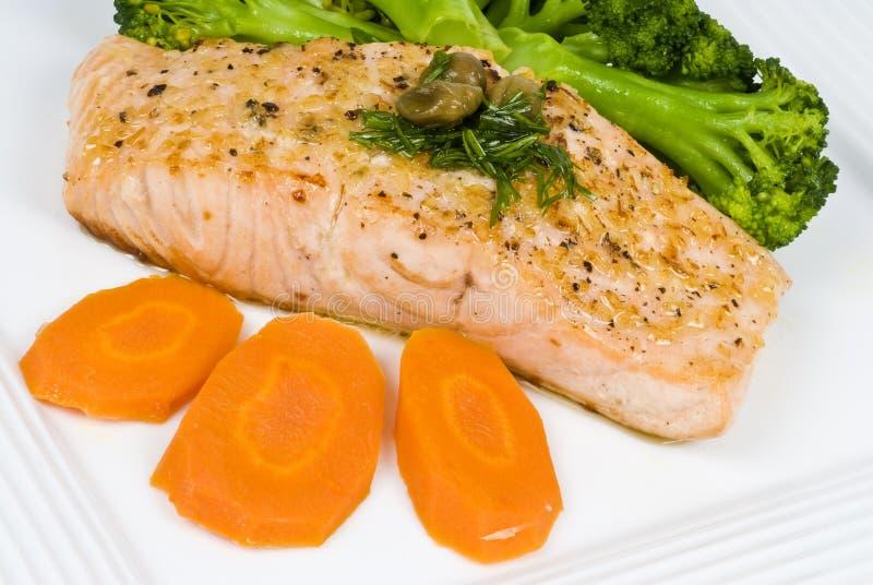 Raccordo di color salmone con la salsa dell'aneto e del cappero immagine stock
