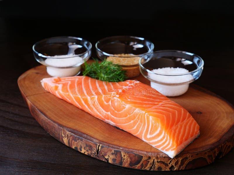 Raccordo di color salmone crudo per la preparazione casalinga del gravlax immagini stock libere da diritti
