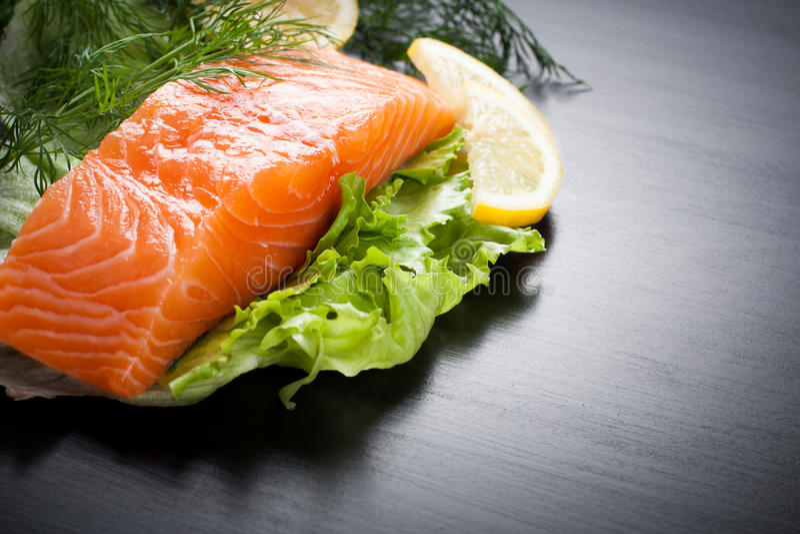 Raccordo di color salmone delizioso, ricco in olio di Omega 3 immagini stock