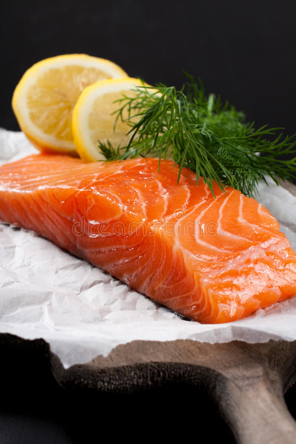 Raccordo di color salmone delizioso, ricco in olio di Omega 3 fotografie stock libere da diritti