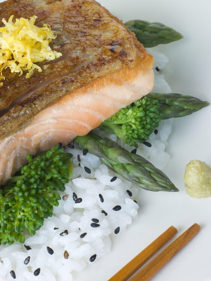 Raccordo di color salmone dell'agrume sulle verdure cotte a vapore riso immagini stock libere da diritti