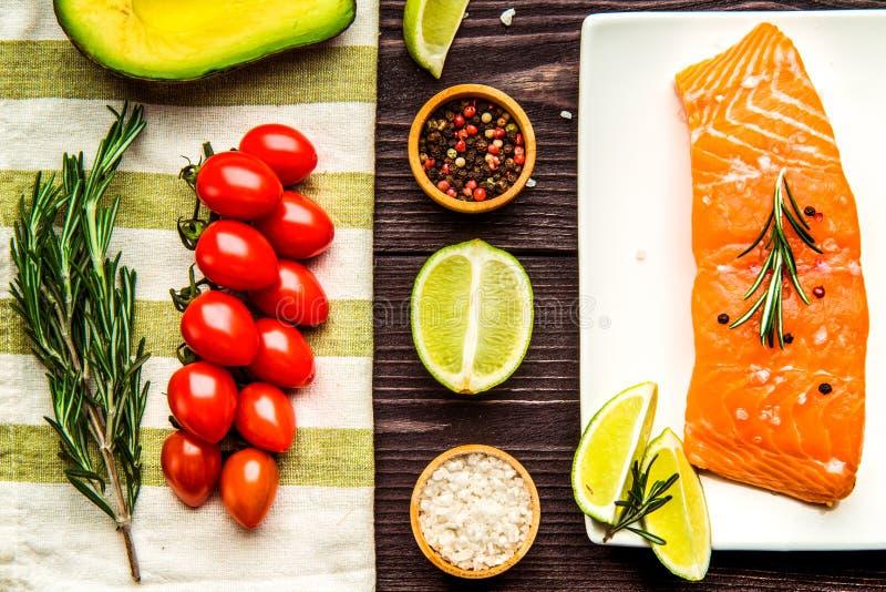 Raccordo di color salmone fresco con il limone e l'aneto su fondo scuro fotografie stock libere da diritti