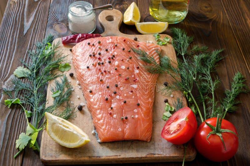 Raccordo di color salmone fresco con le erbe aromatiche, spezie, funghi, lemo fotografie stock libere da diritti