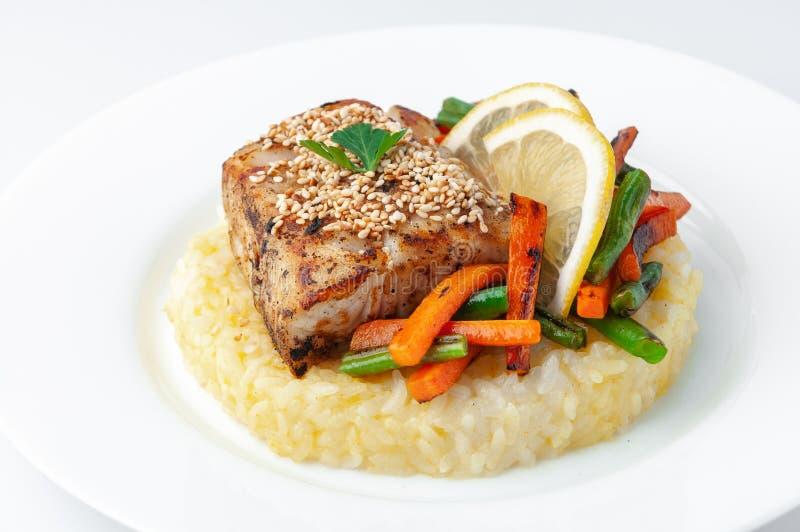 Raccordo fritto della pertica con riso e le verdure Su un piatto bianco Su una priorità bassa bianca Primo piano isolato fotografia stock
