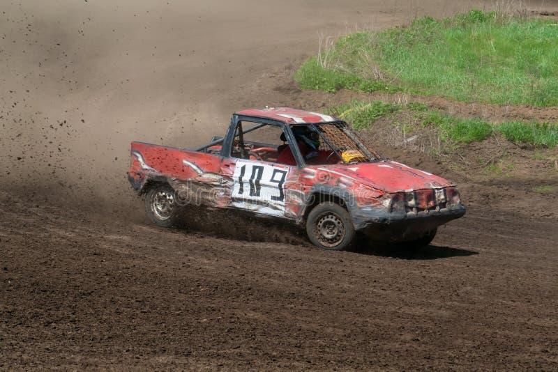 Race för överlevnad. Röd bil royaltyfria foton