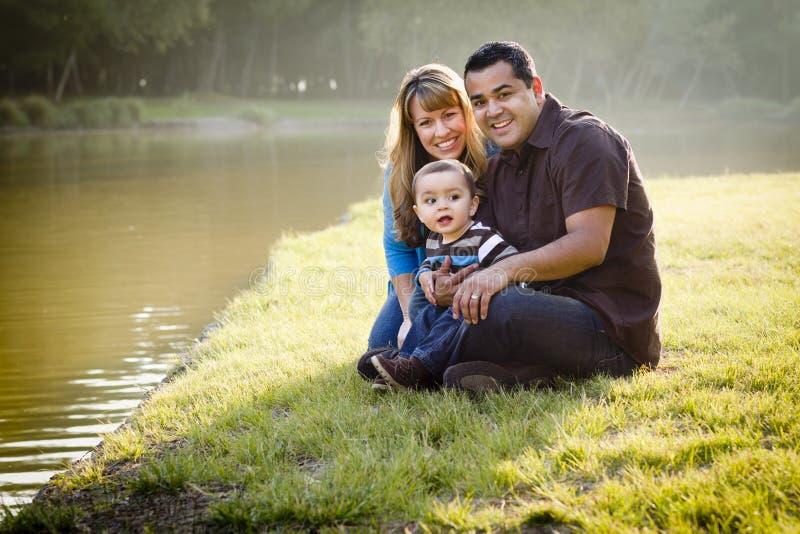 race för lycklig blandad stående för familj posera arkivbild